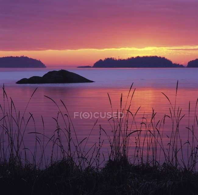 Salida del sol sobre las islas Trail en Sargeant Bay Provincial Park, Sunshine Coast, Columbia Británica, Canadá . - foto de stock