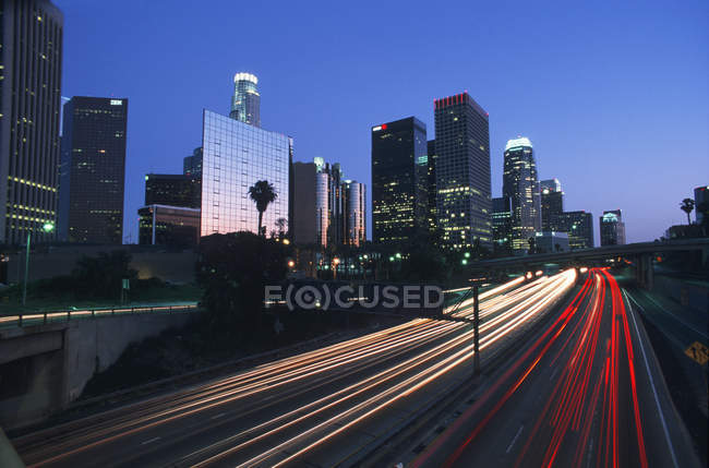 City skyline at twilight with freeway, Los Angeles, California, USA — Stock Photo