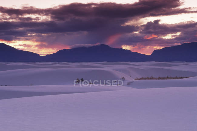 White Sands National Monument under dramatic sky in New Mexico, USA — Stock Photo