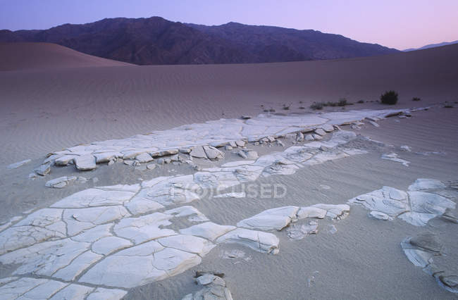 Mesquite dunes and sandstones at dusk in Death Valley, California, USA — Stock Photo