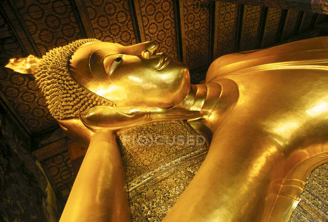 Low angle view of reclining Buddha statue in Wat Po, Bangkok, Thailand — Stock Photo