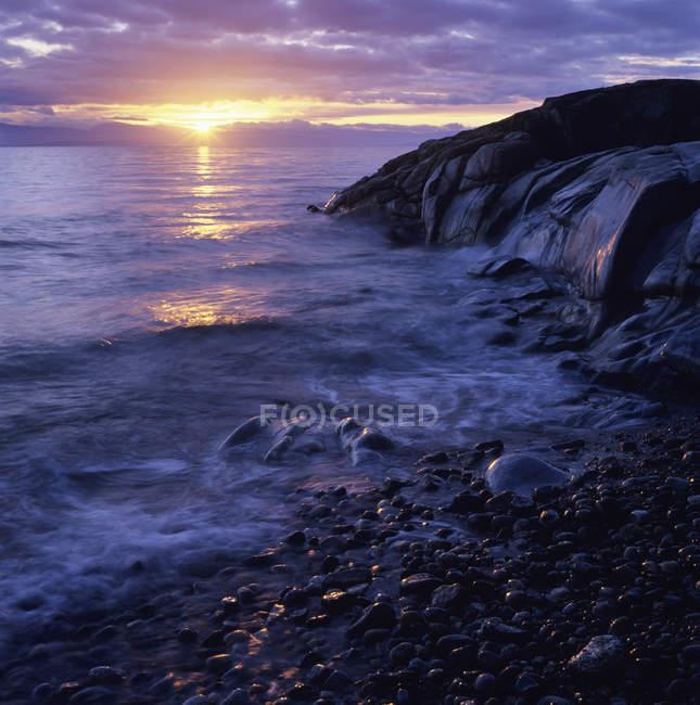 Plage rocheuse altérée sur Roberts Creek, Sunshine Coast, Colombie-Britannique, Canada . — Photo de stock