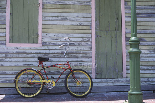 Cruising bike with custom paint leaning on wall of old building, Key West, Florida, USA — Stock Photo