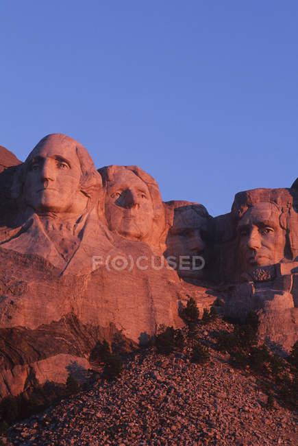 Monte Rushmore scultura di pietra dei presidenti Usa al crepuscolo in South Dakota, Stati Uniti d'America — Foto stock