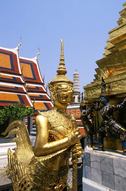Wat Pra Keo temple decorative statues in Bangkok, Thailand — Stock Photo