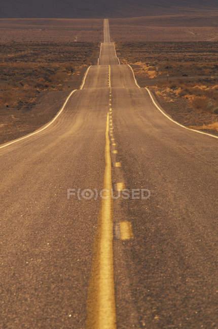 Route du désert dans la vallée de la mort, Californie, États-Unis — Photo de stock