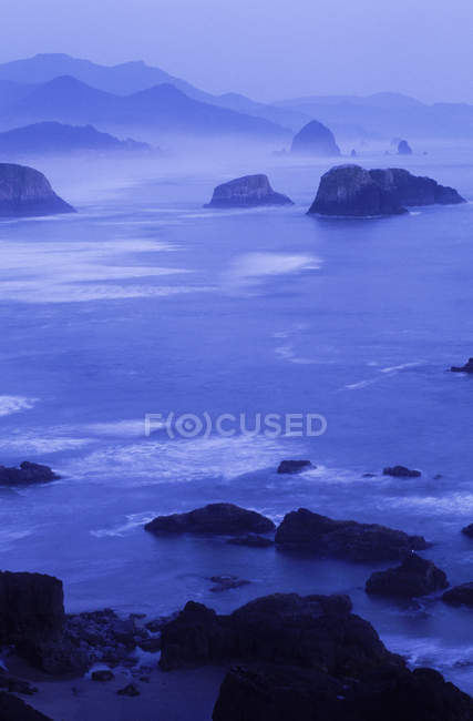 Cannon Beach of Ecola State Park at dusk in Oregon, USA — Stock Photo