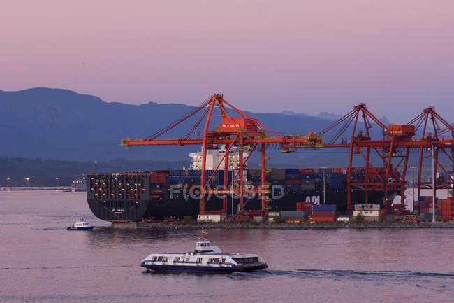 Порт Ванкувер, краны и грузовое судно в сумерках, Британская Колумбия, Канада . — стоковое фото