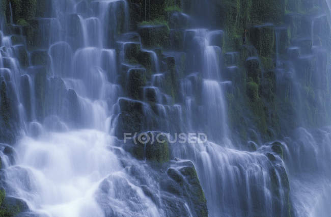 Rock face and Proxy Falls waterfall in Oregon, USA — Stock Photo