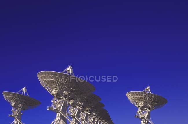 Grande variedade de antenas parabólicas contra o céu azul no Novo México, EUA . — Fotografia de Stock