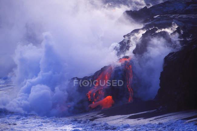 Lava do vulcão Kilauea fluindo em mar ao entardecer, na Big Island, Havaí, EUA — Fotografia de Stock