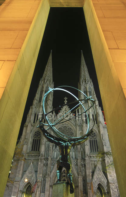Atlas Statue and Saint Patrick Cathedral at Rockefeller Center, New York City, USA — Stock Photo