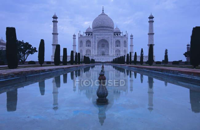 Moschea Taj Mahal con piscina libera la sera, Agra, India — Foto stock