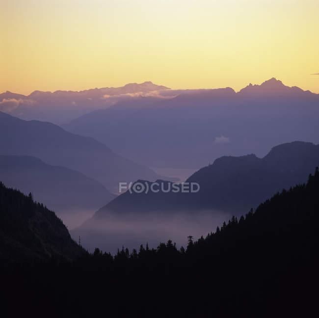 Silhouettes de Mont Elphinstone à l'aube près de Gibsons, Sunshine Coast, Colombie-Britannique, Canada. — Photo de stock