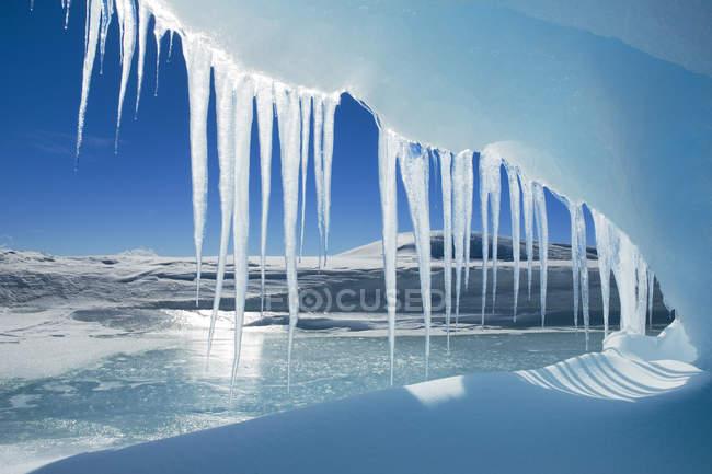 Ghiaccioli antartici appesi alla grotta di ghiaccio Snow Hill Island, Weddell Sea, Antartide — Foto stock