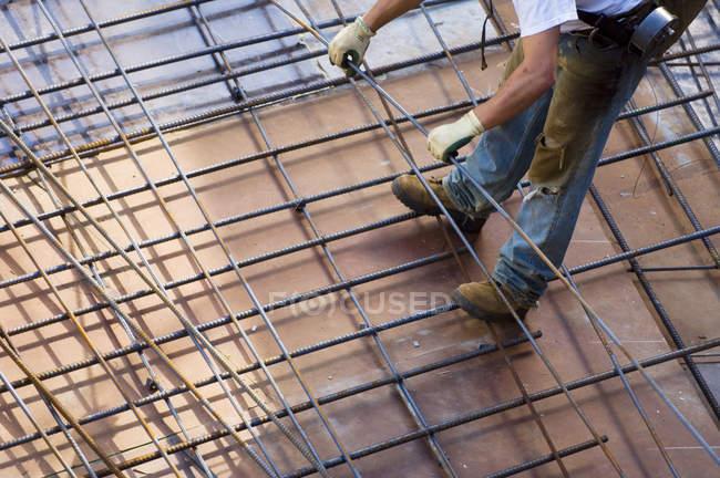 Vista ritagliata del lavoratore sulla piattaforma del cantiere . — Foto stock