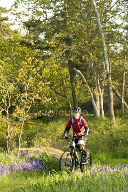 Жінка на гірських велосипедах в лісі біля Вікторія, острів Ванкувер, Британська Колумбія, Канада. — стокове фото