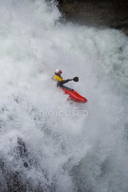 Байдарочник, работает вниз падает на Каньон Джонстон, Национальный парк Банф, Альберта, Канада. — стоковое фото
