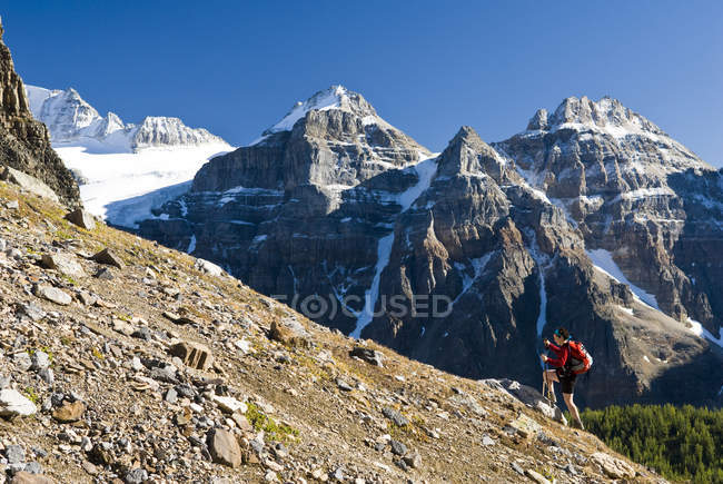 Randonneuse pédestre au-dessus du lac Moraine et de la vallée des Dix Pics jusqu'au col Sentinel, Alberta, Canada . — Photo de stock
