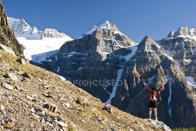 Randonneuse qui lac Moraine et la vallée des dix pics au sentier au col de la sentinelle, Alberta, Canada. — Photo de stock