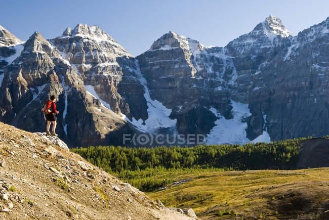 Wanderin über Moränensee und Tal der zehn Gipfel am Weg zum Sentinelpass, alberta, canada. — Stockfoto
