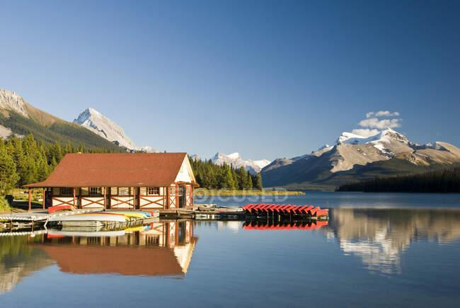 Boathouse with boats at Maligne Lake in Jasper National Park, Alberta, Canada. — Stock Photo