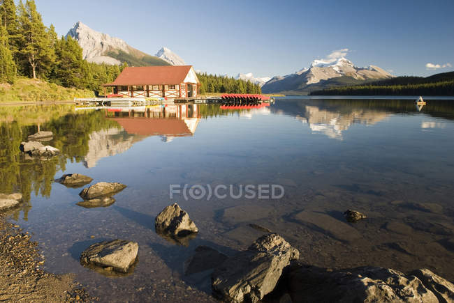 Boathouse with boats at Maligne Lake in Jasper National Park, Alberta, Canada. — Stock Photo