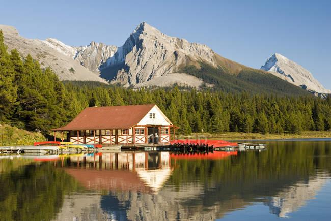 Boathouse з човни в Maligne озеро в Національний парк Джаспер, Альберта, Канада. — стокове фото