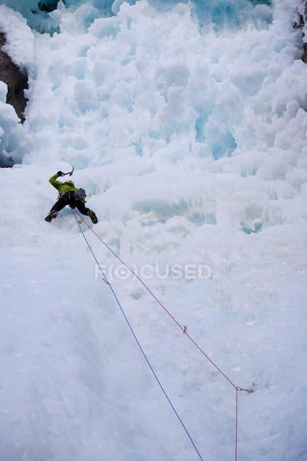 Un alpiniste masculin monte la montagne à Ghost River, Alberta, Canada — Photo de stock