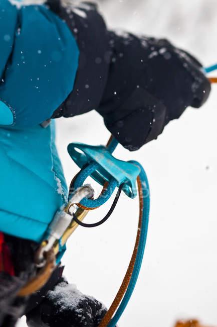 Close-up de mulher atrasando enquanto escalada no gelo com equipamento — Fotografia de Stock