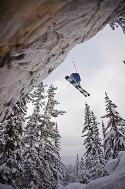 Лыжник-мужчина бросает скалу в Kicking Horse Resort, Голден, Британская Колумбия, Канада — стоковое фото