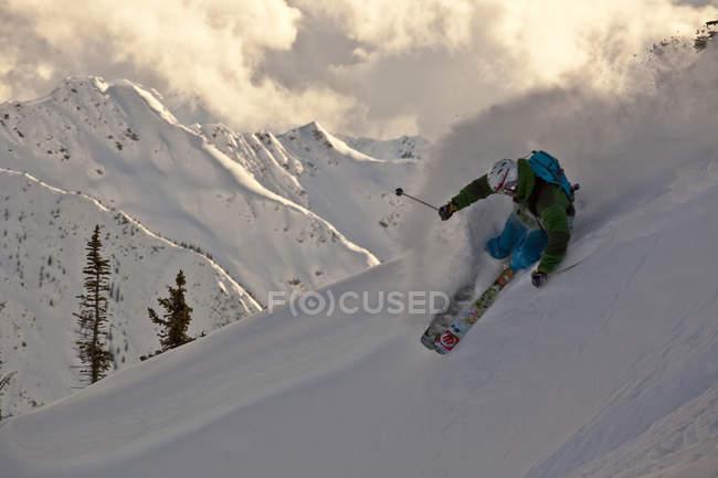 Мужчины лыжник разгромного порошок превратить в горах ногами Horse Resort, Британская Колумбия, Канада — стоковое фото