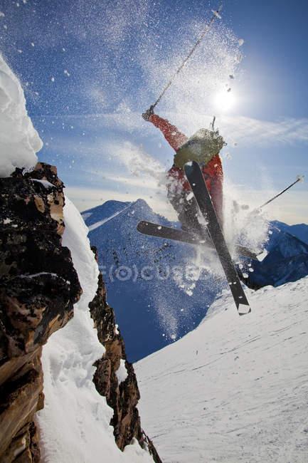 Клифф проветривания мужской лыжник в ногами Horse Resort бэккантри, Голден, Британская Колумбия, Канада — стоковое фото