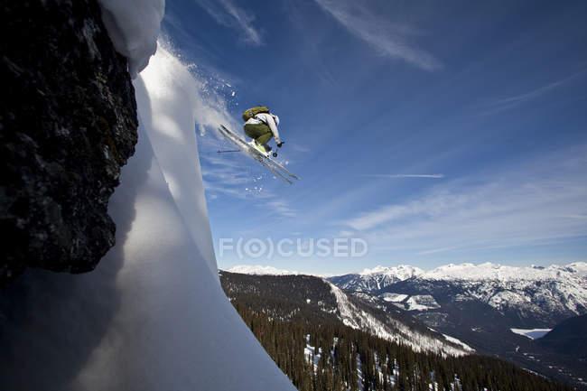 Лыжник-мужчина, спускающийся со снежной подушки, горы Монаши, Британская Колумбия, Канада — стоковое фото