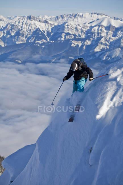Uomo in montagne di Kicking Horse Resort prima di cadere nel ripido canalone, Golden, British Columbia, Canada — Foto stock