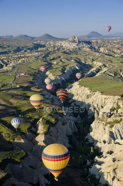 Ballooning over mountain range at Goreme, Cappadocia, Turkey — Stock Photo