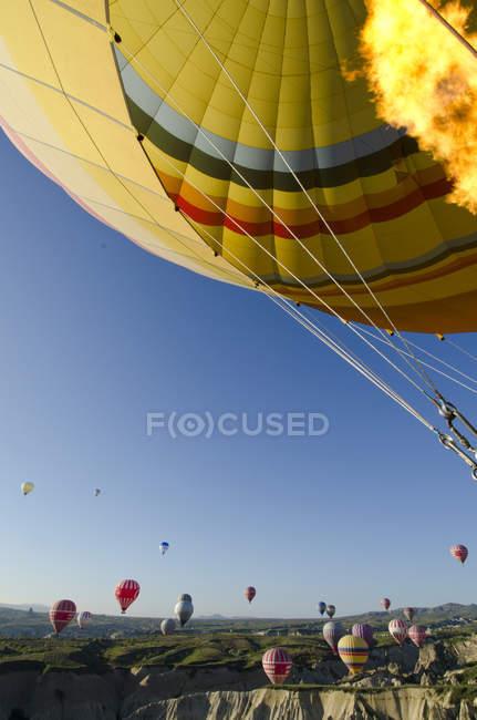 Balonismo na cordilheira de Goreme, Capadócia, Turquia — Fotografia de Stock