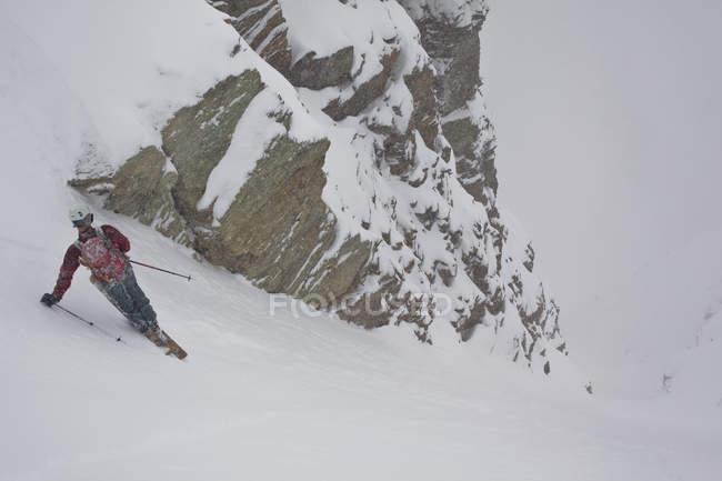 Лыжник мужской бэккантри, Катание на лыжах на горе Храм, озеро Луиза, Национальный парк Банф, Альберта, Канада — стоковое фото