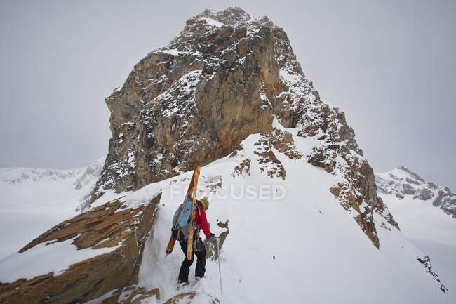 Женские лыжные альпинист, обход хребта в лыжный поход на ледопад Lodge, Британская Колумбия, Канада — стоковое фото
