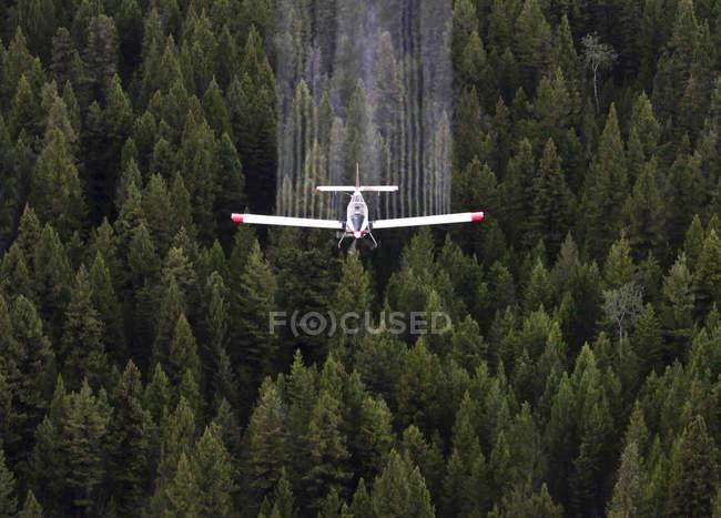 Produits chimiques de pulvérisation d'avions agricoles sur la forêt d'épinettes, Colombie-Britannique, Canada . — Photo de stock