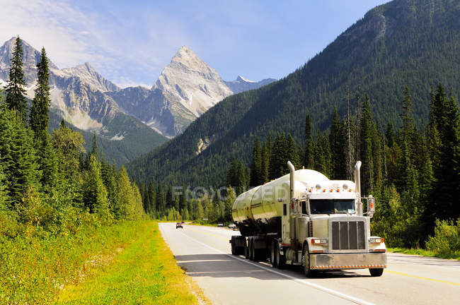 Transport de propane par camion le long de la Transcanadienne dans le parc national des Glaciers, Canada . — Photo de stock