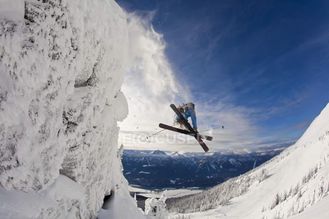 Masculino esquiador pular do penhasco em Revelstoke Mountain Resort, Revelstoke Backcountry, Canadá — Fotografia de Stock