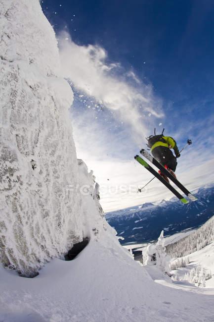Мужчины лыжник, прыгают с обрыва в Revelstoke горный курорт, Revelstoke бэккантри, Канада — стоковое фото