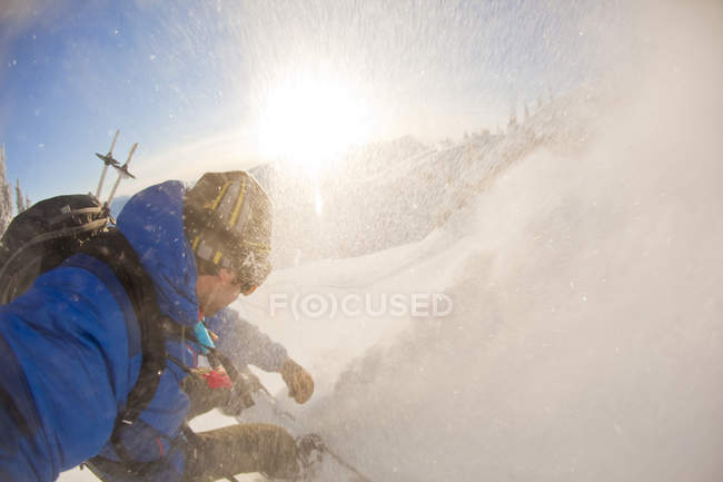 POV shot of splitboarder riding at Sol Mountain, Monashee Backcountry, Revelstoke, Canadá - foto de stock