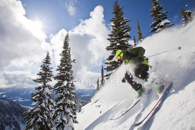 Лыжник мужской бэккантри, измельчения снег в Revelstoke горный курорт, Канада — стоковое фото