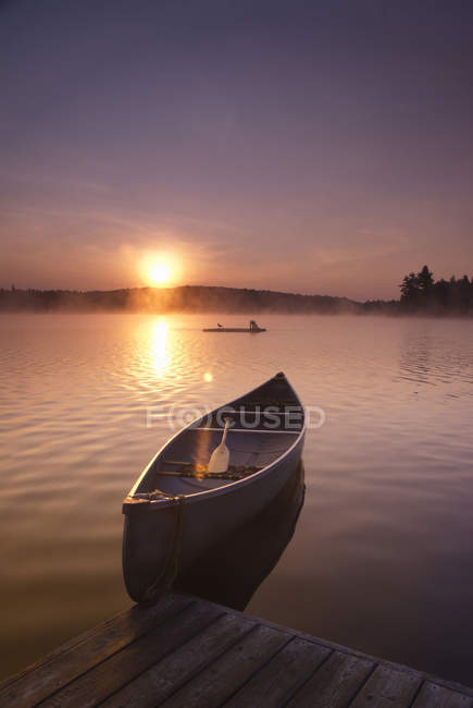 Empty boat on lake shore at Bartlett Lodge, Algonquin Park, Ontario. — Stock Photo