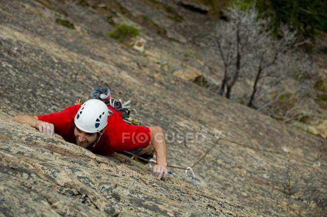 Scalatore maschile che si arrampica su roccia ripida a Skaha Provincial Park, Penticton, Columbia Britannica, Canada — Foto stock