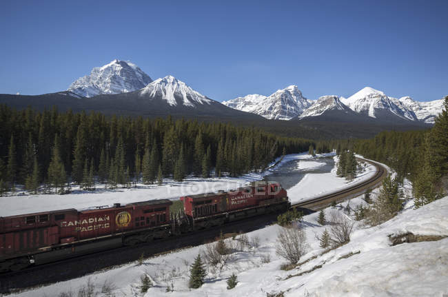 Tren de carga de Canadian Pacific en Canadian Rocky Mountains en Banff National Park, Alberta, Canadá . - foto de stock