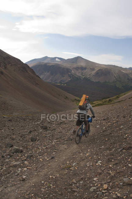 Mountainbiker auf Tournee in Big Creek, South Chilcotin Mountains, British Columbia, Kanada — Stockfoto