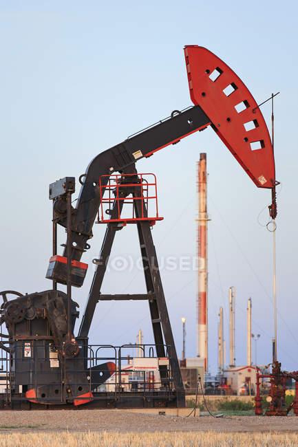 Oil pump jack and natural gas plant, Bakken Oil field, Glen Ewen, Saskatchewan, Canada — Stock Photo